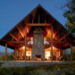 Moderna casa en un Rancho-diseño rústico con espacios alrededor de una chimenea