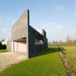 Una casa interesante, con una forma irregular y contemporanea
