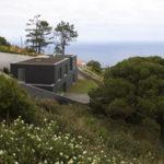 La casa en blanco y negro, ubicada a orillas del mar en Portugal