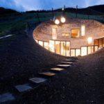 Una casa bajo tierra en la Villa Nora Vals (26 imágenes)