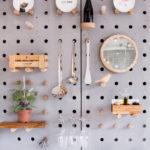Un tablero de concreto reviste la pared de este café,  para una solución genial a la estantería